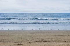 Plage vide avec des vagues dans l'océan Images stock