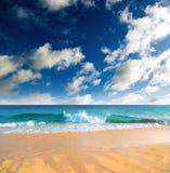 Plage vide avec le ciel bleu. Images libres de droits