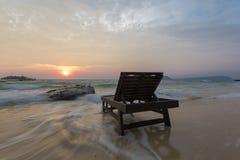 Plage vide avec le lit de plage sur le lever de soleil en Koh Rong, Cambodge images libres de droits