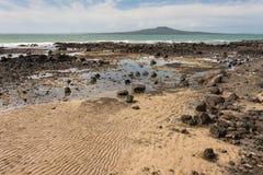Plage volcanique à la baie de roulette Photos libres de droits