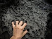 Plage volcanique avec des formations de roche image libre de droits