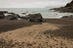 Plage volcanique dans la baie de Poley, péninsule de Coromandel Photos libres de droits