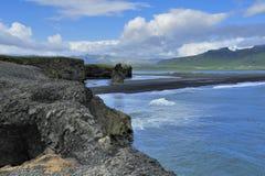 Plage volcanique noire de sable chez Dyrholaey, Islande Photo libre de droits