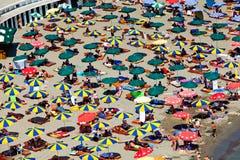 Plages de Monténégro avec beaucoup de personnes et parasols Image libre de droits