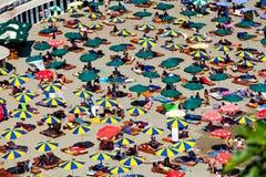 Plages de Monténégro avec beaucoup de personnes et parasols Photographie stock libre de droits