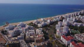 Plages larges et architecture blanche dans Quarteira, Algarve, Portugal banque de vidéos