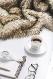 Plaid chaud près de tasse de café image stock