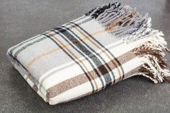 Plaid di lana in gabbia su fondo grigio Fotografia Stock Libera da Diritti