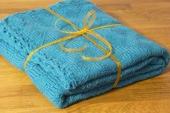 Plaid fait main de laine attaché avec le ruban de cadeau Photos stock