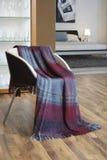 Plaid gedrapeerd over een stoel Royalty-vrije Stock Afbeelding