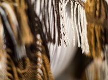 Plaid marrone e bianco a quadretti con frangia fotografie stock