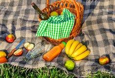 Plaid voor een picknick op het gras Royalty-vrije Stock Afbeelding