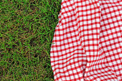 Plaid voor picknick op groen gras Royalty-vrije Stock Foto's