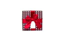 Plaidmustergeschenkbox mit rotem Bandbogen und leeren der Grußkarte, die auf weißem Hintergrund lokalisiert wird, addieren gerade Lizenzfreie Stockfotos