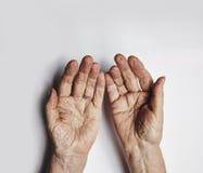 Plaidoirie des mains de dame âgée Images libres de droits