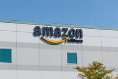 Plainfield - Circa Augustus 2018: Amazonië Com-Vervullingscentrum Amazonië is de Grootste Internet-Gebaseerde Detailhandelaar in  stock afbeelding