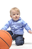 plaing与篮球球的小男孩在工作室 图库摄影