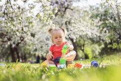 plaing在公园的逗人喜爱的女孩在一个夏日 库存图片
