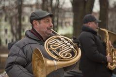 plaing在公园的2位街道音乐家 爵士乐在大城市 图库摄影