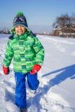 plaing在雪的男孩 免版税图库摄影