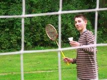 plaing羽毛球的男孩 免版税库存图片