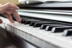 plaing钢琴的女孩 免版税库存图片