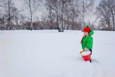 plaing在雪的男孩 免版税库存照片