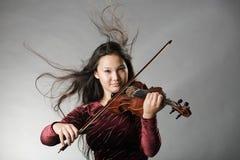 plaing fiol för flicka royaltyfri bild