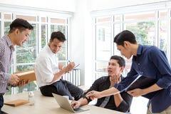 Plaining Daten des Gruppengeschäftsmannes bei der Sitzung Geschäftsleute Treffen lizenzfreie stockbilder