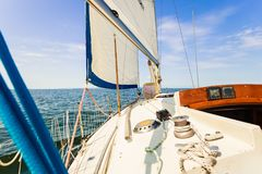 Plaisance sur le bateau à voile par le temps ensoleillé photos libres de droits