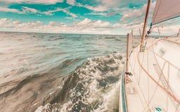 Plaisance sur le tir sévère d'arc de bateau à voile éclaboussant l'eau photos libres de droits