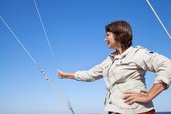 Plaisancier de femme agée sur un yacht de navigation Image libre de droits