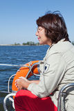 Plaisancier de femme agée sur un yacht de navigation Photos stock