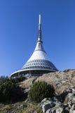 Plaisanté, émetteur dans un paysage d'hiver, l'émetteur sur la colline Photo libre de droits