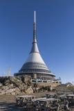 Plaisanté, émetteur dans un paysage d'hiver, l'émetteur sur la colline Photo stock