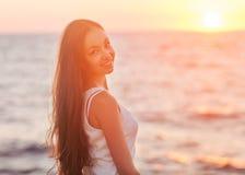 Plaisir - femme heureuse libre appréciant le coucher du soleil. photos stock