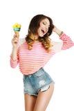 plaisir Jeune femme mignonne avec la crème glacée appréciant la vie Photographie stock