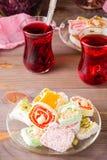 Plaisir turc traditionnel sur une soucoupe et karkade chaud dans des tasses images stock