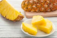 Plak van ananas in witte plaat op houten lijst royalty-vrije stock foto