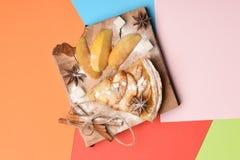 Plak van appeltaart en stukken van appel Royalty-vrije Stock Afbeeldingen