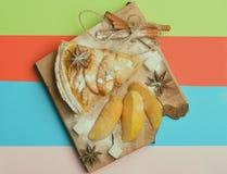 Plak van appeltaart en stukken van appel Stock Afbeeldingen