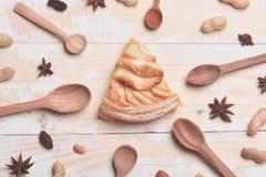 Plak van appeltaart op uitstekende houten achtergrond Royalty-vrije Stock Afbeeldingen
