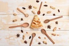 Plak van appeltaart op uitstekende houten achtergrond Stock Afbeelding