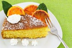 Plak van cake aan sinaasappel Stock Fotografie