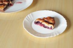 Plak van cake met brood en druiven, typisch in Italië wordt gemaakt dat stock foto