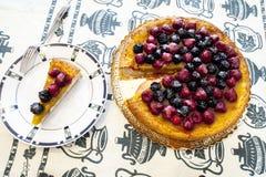Plak van cake met fruit op een witte plaat met framboos royalty-vrije stock fotografie