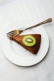 Plak van chocoladecake met buttercream Royalty-vrije Stock Afbeeldingen