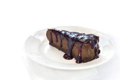 Plak van chocoladekaastaart op witte plaat Royalty-vrije Stock Foto's