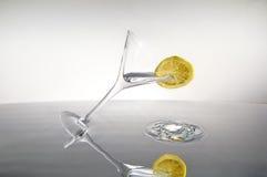 Plak van citroen op een cocktail Stock Afbeeldingen