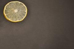 Plak van citroen op een zwarte achtergrond Stock Foto
